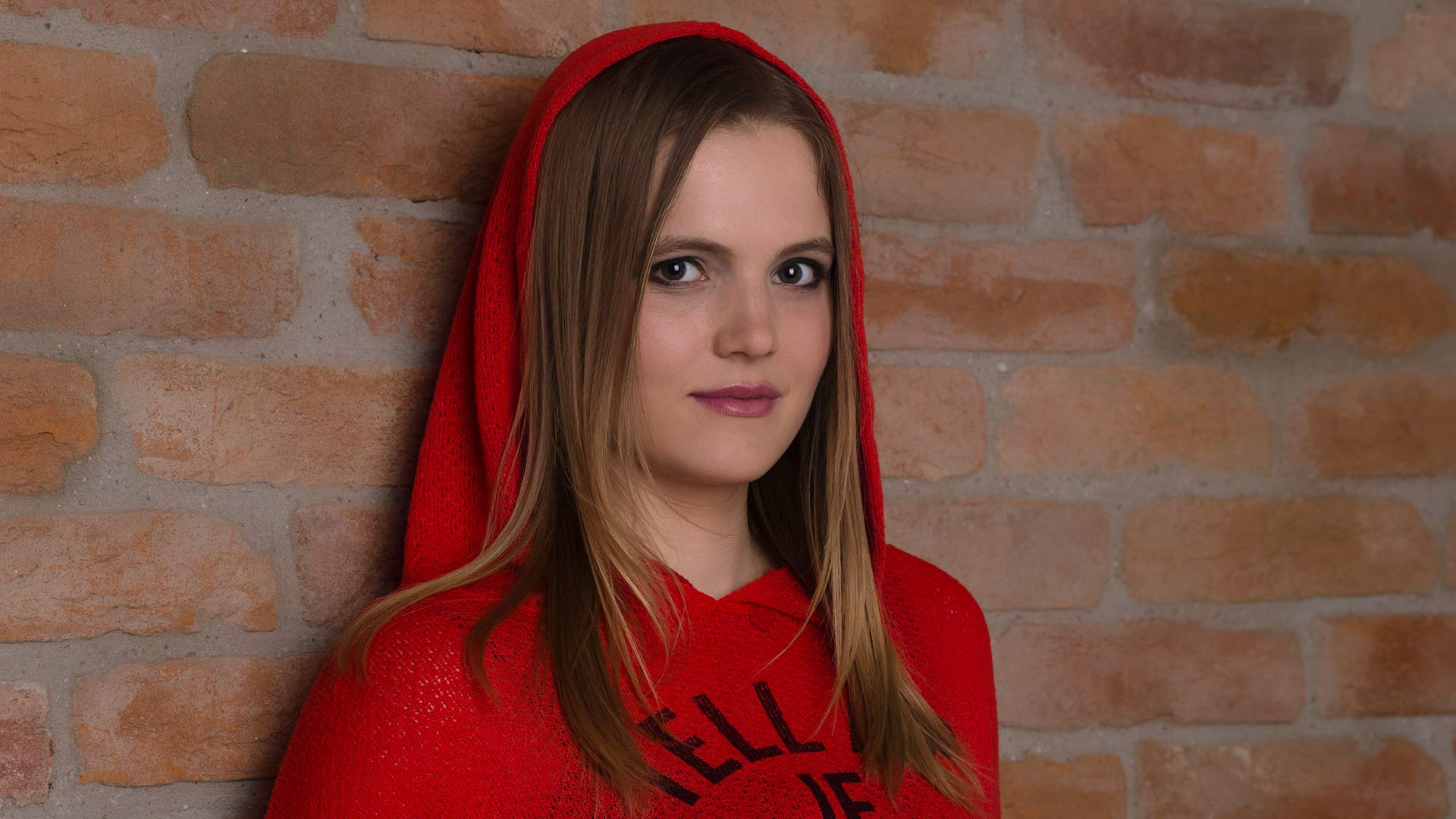Portrait im Fotostudio vor einer Ziegelmauer