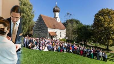 Fotomontage mit einem Hochzeitsfoto in der Kirche und einem Gruppenfoto