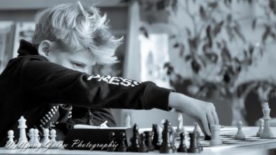 Portrait-Foto eines jungen Schachspielers während der Partie