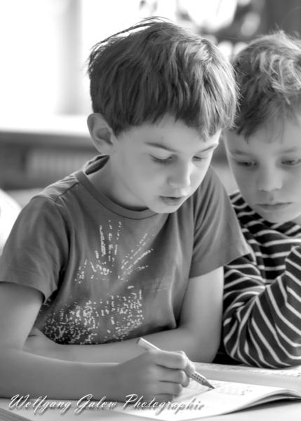 Portrait-Foto zweier junger Schachspieler während des Lernens