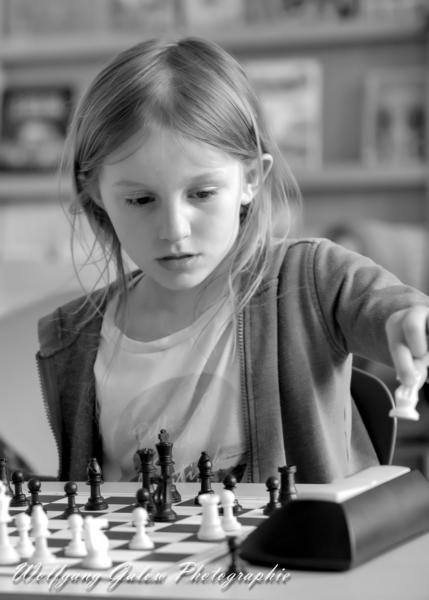 Portrait-Foto einer jungen Schachspielerin während der Partie